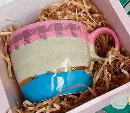 女友達の誕生日プレゼント スタバのマグカップがギフト用の箱に入っている