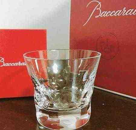女友達の誕生日プレゼント バカラのロックグラスとバカラの赤い箱と赤い紙袋
