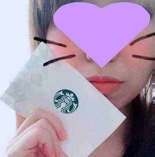 女友達の誕生日プレゼント スタバギフトカードを手にもつ女の子