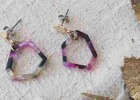 女友達の誕生日プレゼント 紫や黒や白の六角形の形のピアス