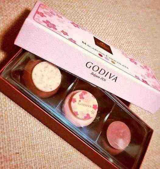 女友達の誕生日プレゼント ゴディバのマカロンチョコ 3個入り ピンクの箱入り