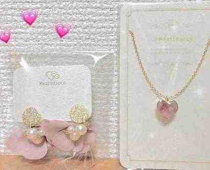 女友達の誕生日プレゼント ピアスとピンクのハートネックレス