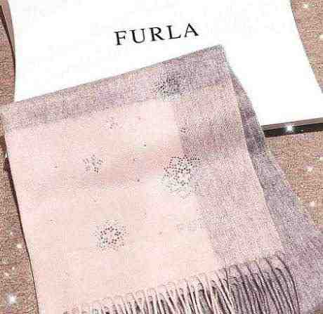 女友達の誕生日プレゼント FURLAのピンクのストールと紙袋