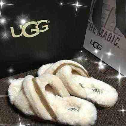 女友達の誕生日プレゼント UGGのルームシューズ 白と茶色のサンダル