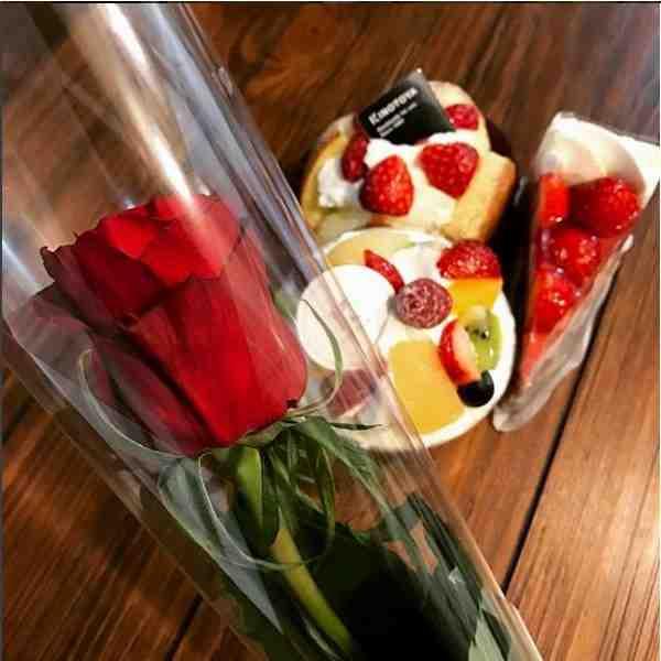 カットケーキと一輪のバラ